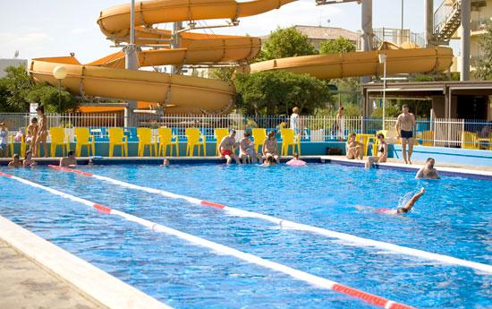 Hotel con piscina centro sportivo campo bocce pallavolo for Piscina giussano